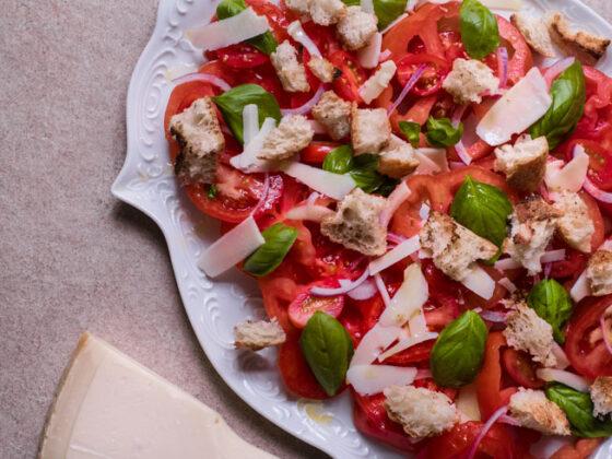 Tomatensalat mit geröstetem Brot   FREE MINDED FOLKS