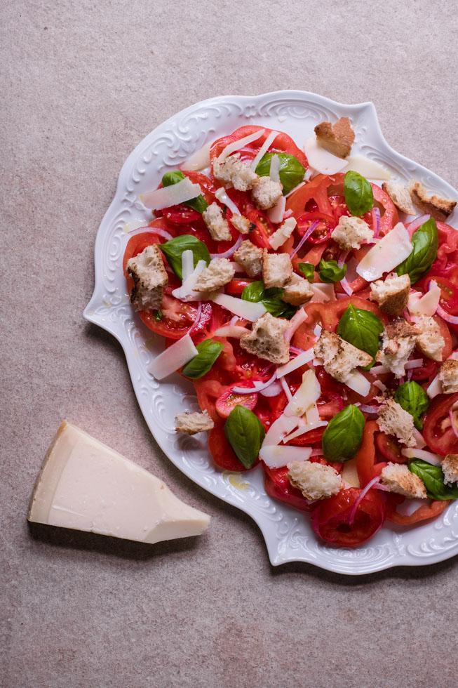 Tomatensalat mit geröstetem Brot | FREE MINDED FOLKS