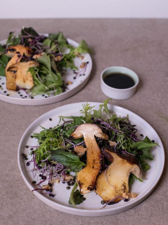 Herbstlicher Salat mit Steinpilzen und Walnuss-Dressing | FREE MINDED FOLKS